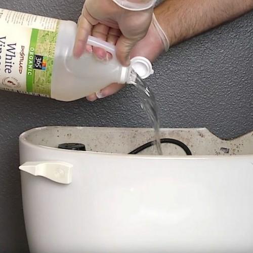 Hij giet witte azijn in de bak van zijn toilet. Wanneer hij doortrekt? Dit is briljant!