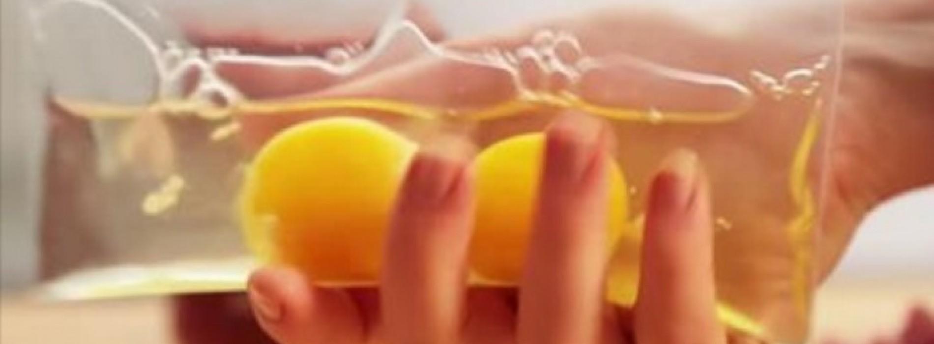Ze Doet 2 Eieren In Een Plastic Zakje. Toen Ik Zag Waarom, Rende Ik METEEN Naar De Keuken!