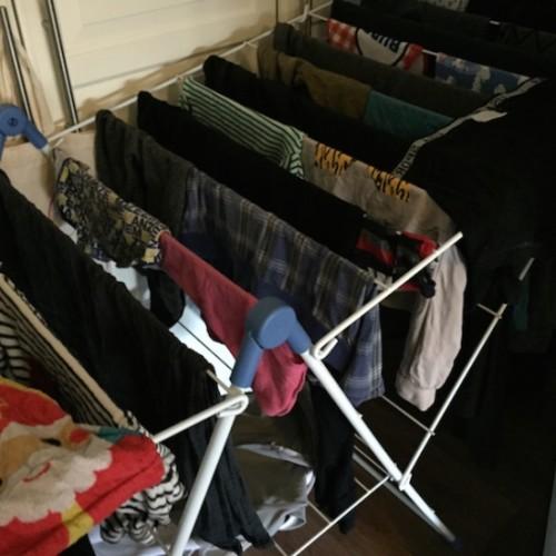 Daarom mag je je wasgoed werkelijk NOOIT meer in een kamer laten drogen!