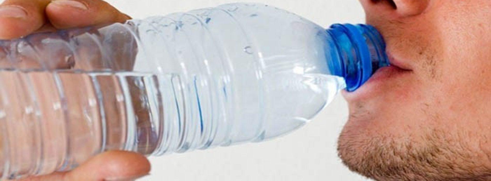 Dit is waarom je nooit water uit een plastic flesje moet drinken!