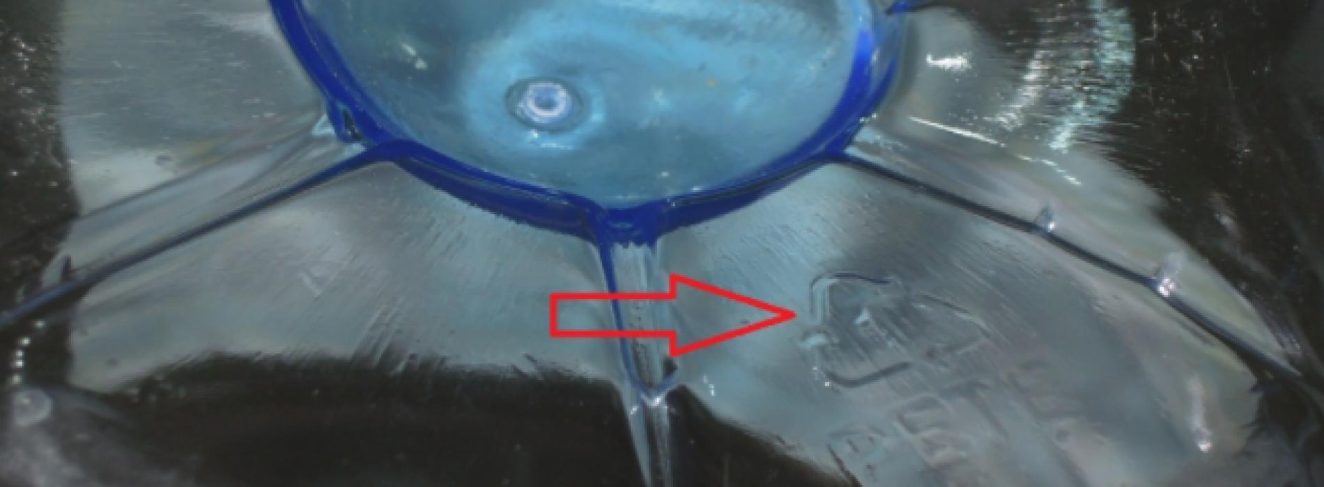 DIT is de reden dat je de onderkant van een plastic flesje moet bekijken! Ik ben geschokt!