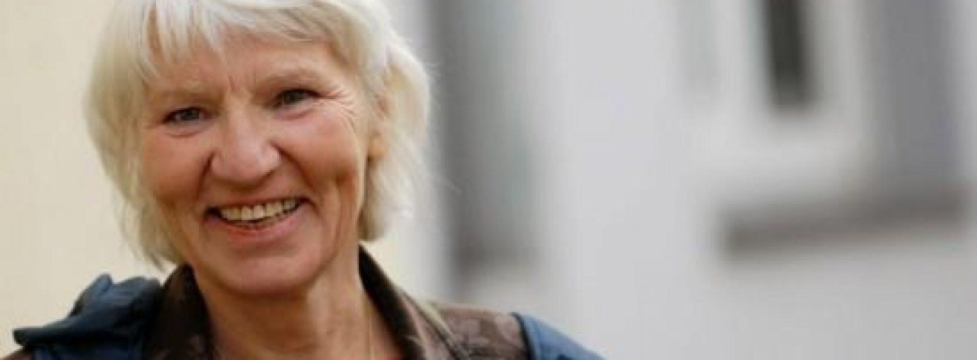 Gelukkige 69 Jaar Oude Dame maakt al 15 jaar geen gebruik meer van geld!