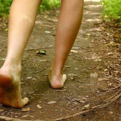 Wetenschappers leggen uit wat er met je lichaam gebeurt als je blootsvoets loopt