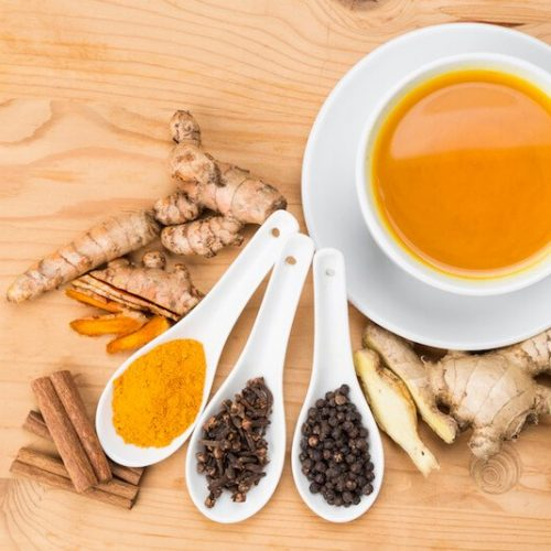 5 manieren om kurkuma drankjes te maken om pijn en ontsteking te verminderen