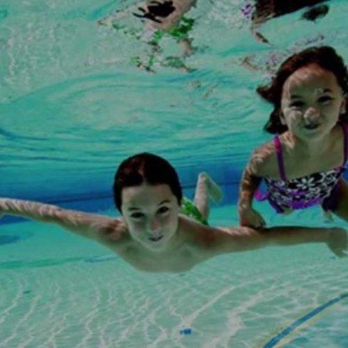 Chloor in zwembaden transformeert zonnebrandcrème in giftige kanker veroorzakende Chemicaliën direct op uw huid!