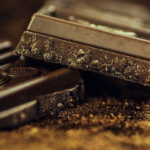 Als het gaat om chocolade, is donkerder gezonder: experts vinden dat het risicofactoren voor hartziekten in slechts een maand kan verminderen
