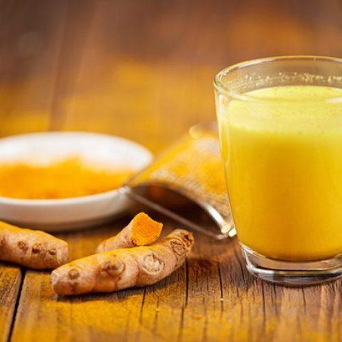 Zelfgemaakte kurkuma en gemberthee om hartziekten te voorkomen, cholesterol te verlagen en de gezondheid van uw hersenen te verbeteren