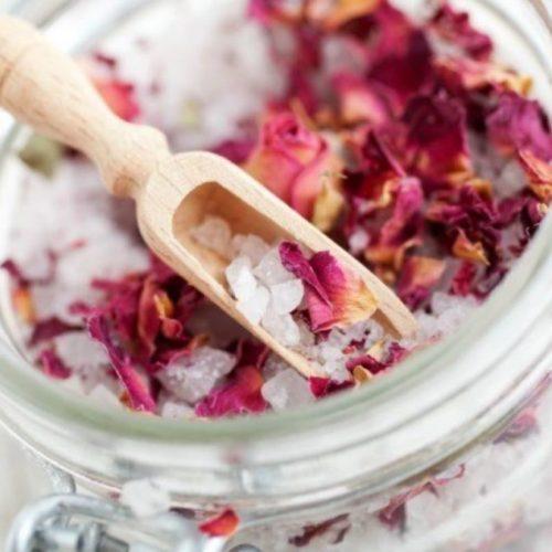 Trakteer uzelf: waarom kruidentheebaden het nieuwe gezonde badtijdritueel + recepten kunnen zijn