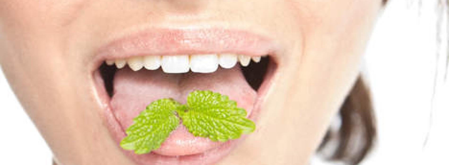 De snelste oplossing tegen slechte adem (als je muntjes bent vergeten)