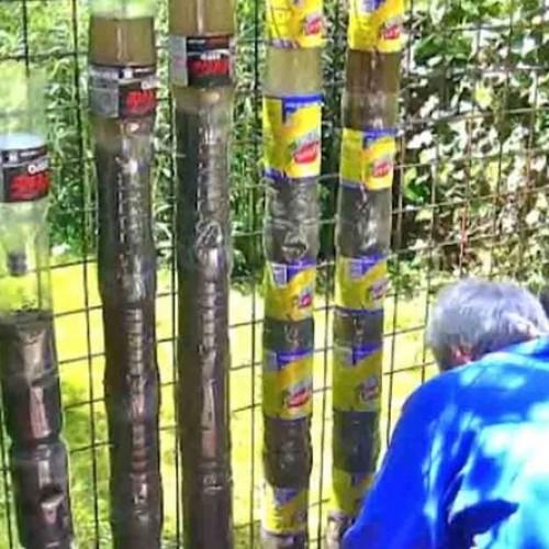 Hij Stapelt Plastic Flessen Ondersteboven Op Elkaar. Wacht Tot Je Zijn Tuin Een Jaar Later Ziet…