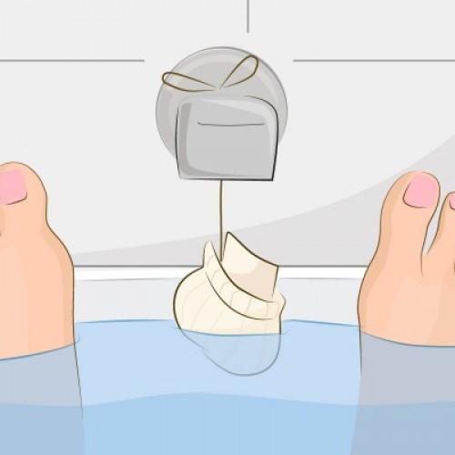 Ze vult een oude sok met havermout en gaat in het bad zitten. Klinkt raar? Maar het is ZO handig!