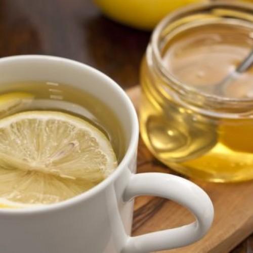 Ze dronk een jaar lang elke ochtend water met honing en citroen. Dit is wat er gebeurde