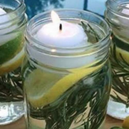 Ze ruiken lekker en deze zelf gemaakte geurkaars rekent af met de grootste irritatie in de zomer!