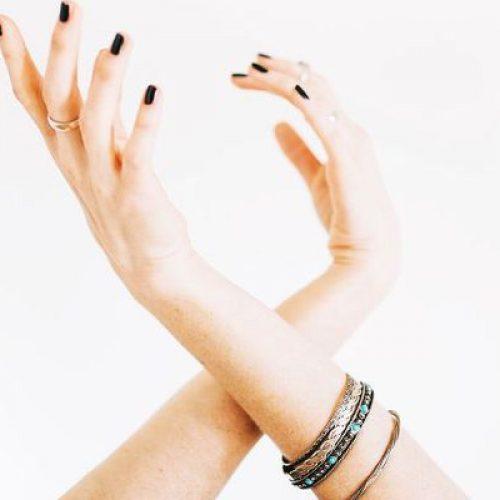 Zijn je nagels altijd aan het splitsen of breken? Dit is wat je lichaam je probeert te vertellen