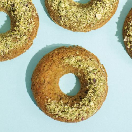 Gezonde desserts: Pistache en kardemom donuts met rozenwater glazuur